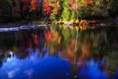 散开的&被遮掩的秋天小河 免版税库存图片