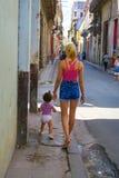 散步与她的女孩小孩的年轻古巴母亲在Hav 库存照片