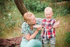 散步与她的小儿子的母亲 图库摄影
