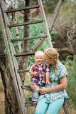 散步与她的小儿子的母亲 库存图片