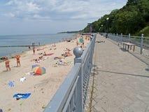 散步和在波罗的海的银行的城市海滩 库存图片