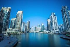 散步和运河在有豪华摩天大楼的迪拜小游艇船坞,迪拜 库存照片