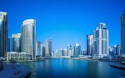 散步和运河在有豪华摩天大楼的迪拜小游艇船坞,迪拜 免版税库存图片