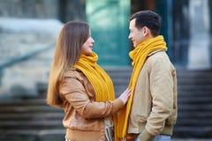 散步在一条城市街道边路的游人夫妇在一个晴天 库存照片