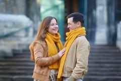 散步在一条城市街道边路的游人夫妇在一个晴天 图库摄影