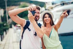散步在城市街道边路的游人夫妇  免版税库存照片