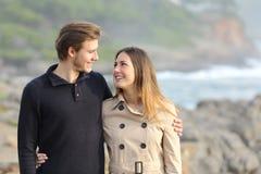 散步在海滩的夫妇 免版税库存照片