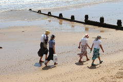 散步在英国海滩 免版税库存图片