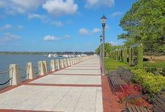 散步在Beaufort,南卡罗来纳江边  免版税库存图片