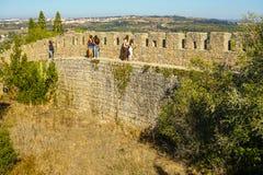 散步在Obidos墙壁,在葡萄牙文化的一次旅行上 免版税库存照片