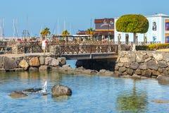 散步在Playa布朗卡的,兰萨罗特岛,加那利群岛,西班牙小游艇船坞Rubicon 免版税库存图片
