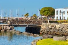 散步在Playa布朗卡的,兰萨罗特岛,加那利群岛,西班牙小游艇船坞Rubicon 库存图片