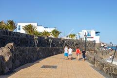 散步在Playa布朗卡的,兰萨罗特岛,加那利群岛,西班牙小游艇船坞Rubicon 免版税图库摄影