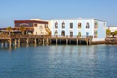 散步在Playa布朗卡的,兰萨罗特岛,加那利群岛,西班牙小游艇船坞Rubicon 免版税库存照片