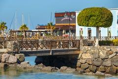 散步在Playa布朗卡的,兰萨罗特岛,加那利群岛,西班牙小游艇船坞Rubicon 库存照片