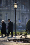 散步清早的一对年长夫妇 库存照片