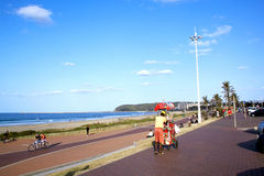 散步的冰淇凌卖主在德班海滩前面 免版税图库摄影