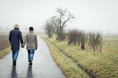 散步的夫妇前辈 免版税库存图片