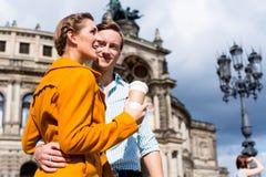 散步的夫妇在Semperoper在德累斯顿 免版税库存照片