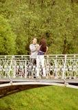 散步年轻的夫妇 免版税库存图片