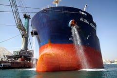 散装货轮全球性边境靠码头的和清洁船锚 免版税图库摄影