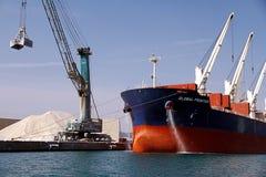散装货轮全球性边境靠码头的和清洁船锚 库存图片