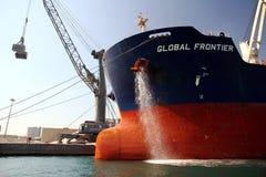 散装货轮全球性边境靠码头的和清洁船锚 免版税库存照片