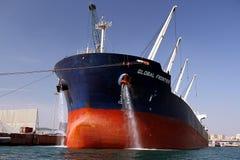 散装货轮全球性边境靠码头的和清洁船锚 库存照片