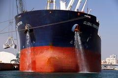 散装货轮全球性边境靠码头的和清洁船锚 图库摄影