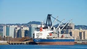散装货轮在奥克兰港的极光BULKER装货  库存图片