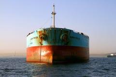 散装货轮船在阿尔盖斯莱斯海湾停住的马士基特权弓视图在西班牙 免版税库存照片