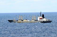 散装货轮船航行通过镇静太平洋 免版税库存图片