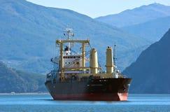 散装货轮站立在路的阿里山开花反对山海岸不冻港海湾的背景 东部(日本)海 04 10 库存照片