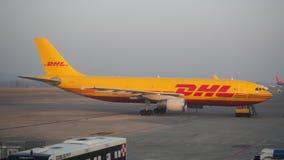 敦豪航空货运公司波音767在米兰贝加莫国际机场 库存照片
