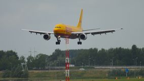 敦豪航空货运公司空中客车310着陆 股票录像
