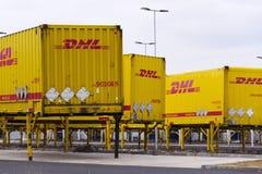 敦豪航空货运公司在亚马逊后勤学大厦前面的运输货柜2017年3月12日在Dobroviz,捷克共和国 免版税图库摄影