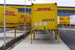 敦豪航空货运公司在亚马逊后勤学大厦前面的运输货柜2017年3月12日在Dobroviz,捷克共和国 库存图片