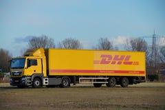 敦豪航空货运公司送货卡车停放在黄昏 库存照片