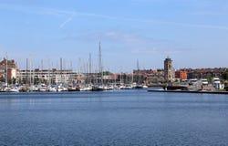 敦刻尔克老港口有风船的 库存照片