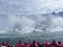敬佩从小船的游人尼亚加拉瀑布 免版税库存图片