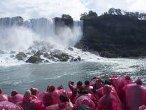 敬佩从小船的游人尼亚加拉瀑布 库存图片