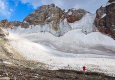 敬佩冰川的惊人的看法孤立人 免版税图库摄影