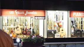 敬佩圣诞节市场的人们在法国 股票录像