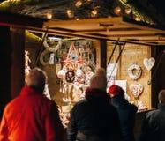 敬佩圣诞节装饰的顾客 免版税库存图片