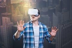 敬佩在他的虚拟现实设备的情感人秀丽 免版税库存照片