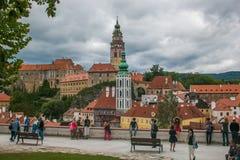 敬佩捷克克鲁姆洛夫市和城堡的全景游人 库存照片