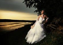 敬佩日落的新娘 库存照片