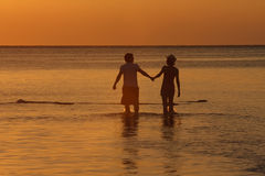 敬佩日落-巴厘岛,印度尼西亚的夫妇。 免版税库存图片