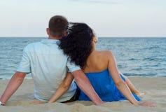 敬佩海洋的浪漫夫妇 免版税图库摄影