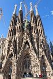 敬佩La Sagrada Familia的游人 图库摄影